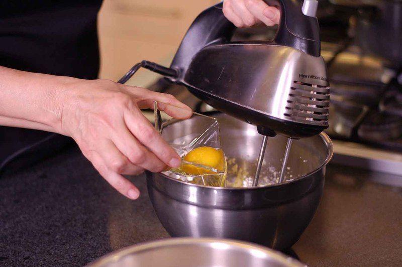Agregar huevos uno a uno y la esencia de vainilla. Continuar batiendo.