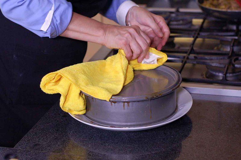 Dejar enfriar unos minutos y antes de voltear el pastel calentar el fondo del molde sobre la lumbre rápidamente para que se despegue más fácilmente.