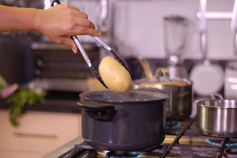 Poner a cocer las papas en una olla honda mediana con sal durante 15 minutos. Dejar enfriar