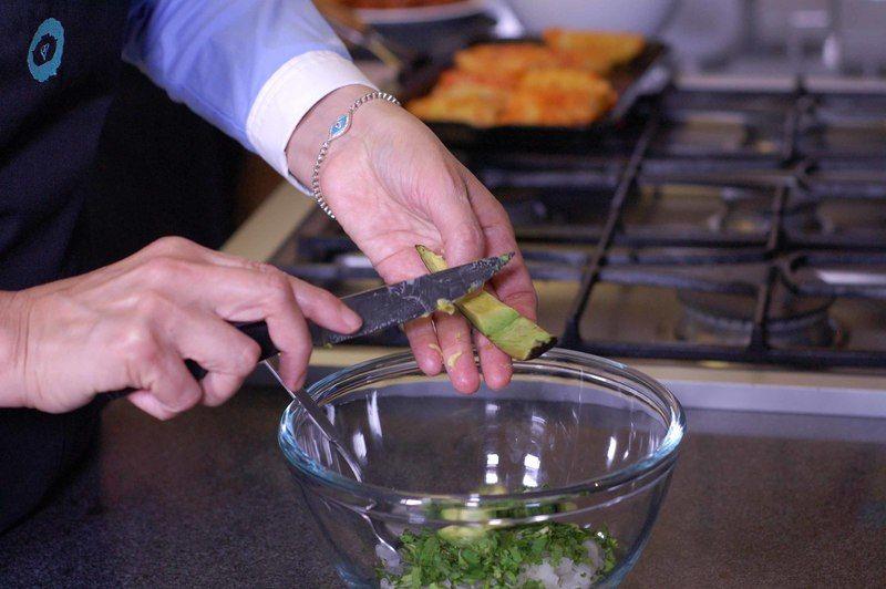 Agregar el aguacate cortado en cuadros pequeños y sazonar con sal, mezclar bien.