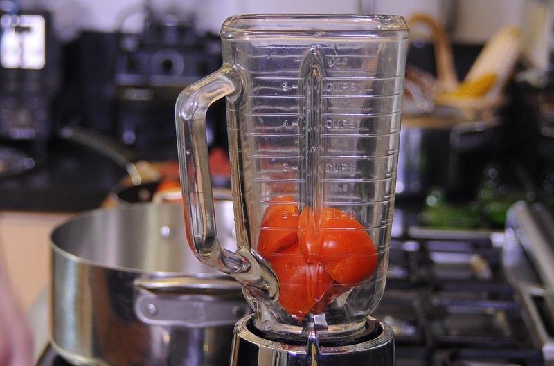 Colocar los jitomates partidos en cuartos en el vaso de la licuadora y moler hasta obtener una mezcla homogénea.