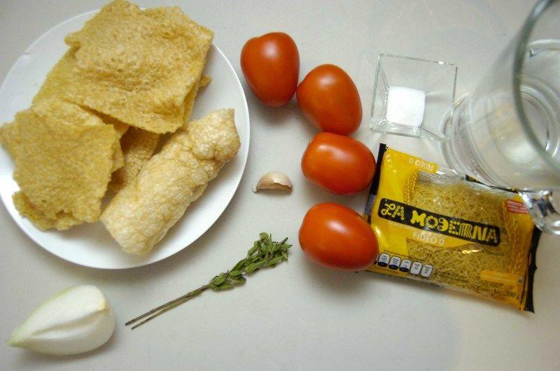 Ingredientes para receta 1/4 pieza de cebolla blanca 1 diente de ajo 4 piezas de jitomate guaje 2 ramas de orégano fresco agua al gusto sal al gusto 200 gramos de chicharrón de puerco 200 gramos de pasta fideo la moderna 0