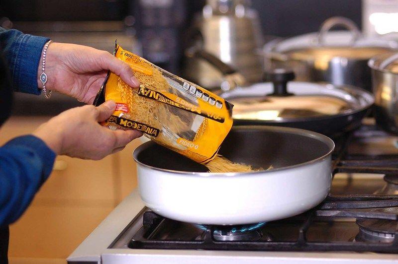 En el sartén con aceite de oliva dorar ligeramente el fideo, menear con frecuencia con una cuchara para que no se queme.