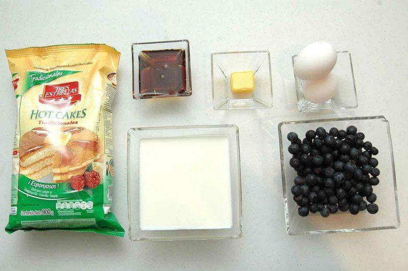 Ingredientes para receta 2 tazas de harina para hot cakes tradicionales tres estrellas 1 1/2 tazas de leche de vaca 2 cucharadas de mantequilla derretida 1 1/2 tazas de mora azul 2 piezas de huevo Ingredientes para decorar miel de maple al gusto