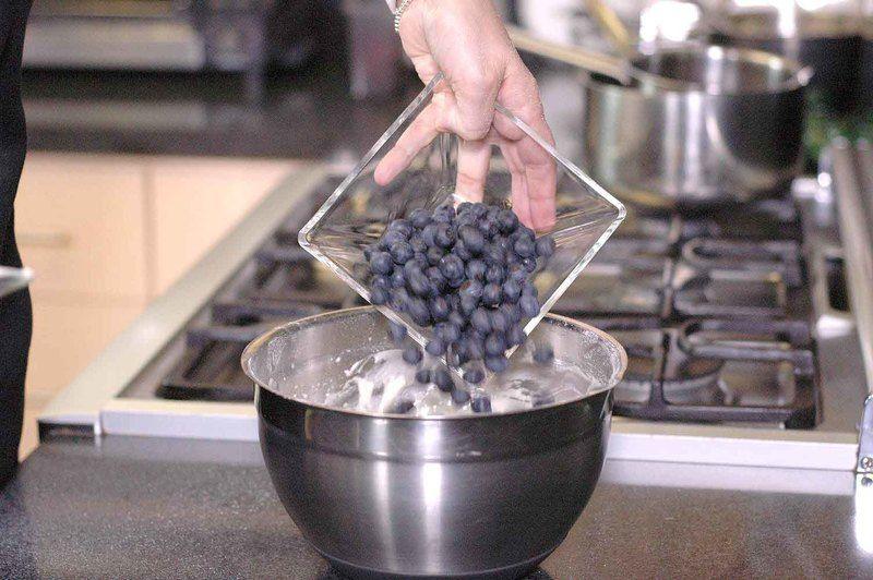 Agrega las moras azules y mezcla suavemente con la pala hasta integrar.