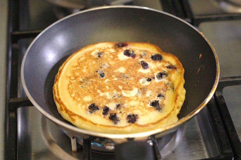 Voltear, cocinar por un minuto más y retirar, repetir esta operación hasta terminar con la mezcla.