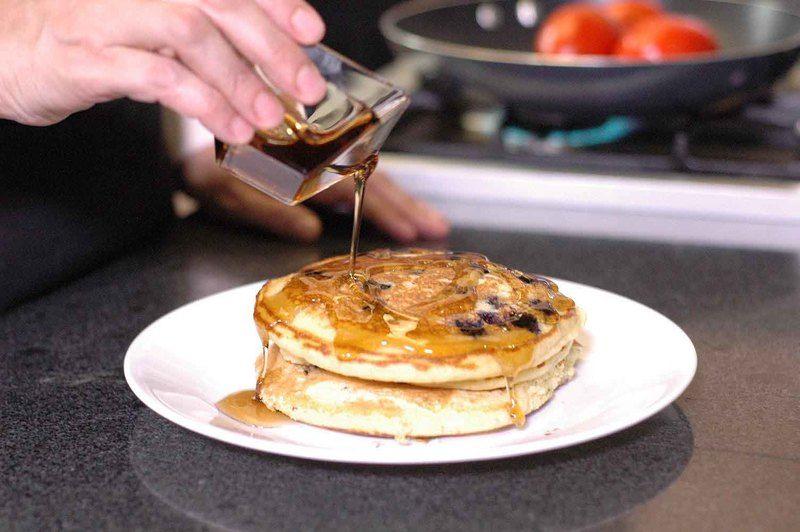 Colocar de 2 a 3 hot cakes sobre un platón, untar mantequilla y verter miel al gusto.