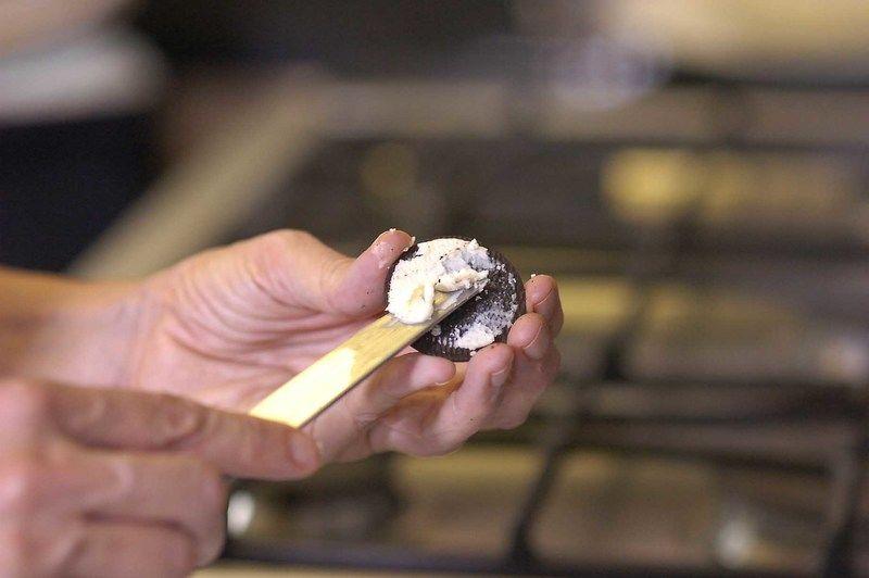 Abrir las galletas a la mitad, quitar el relleno blanco. Partir cada galleta a la mitad. Poner un poco del relleno para pegar con el chocolate y otro poco para pegar los ojos.