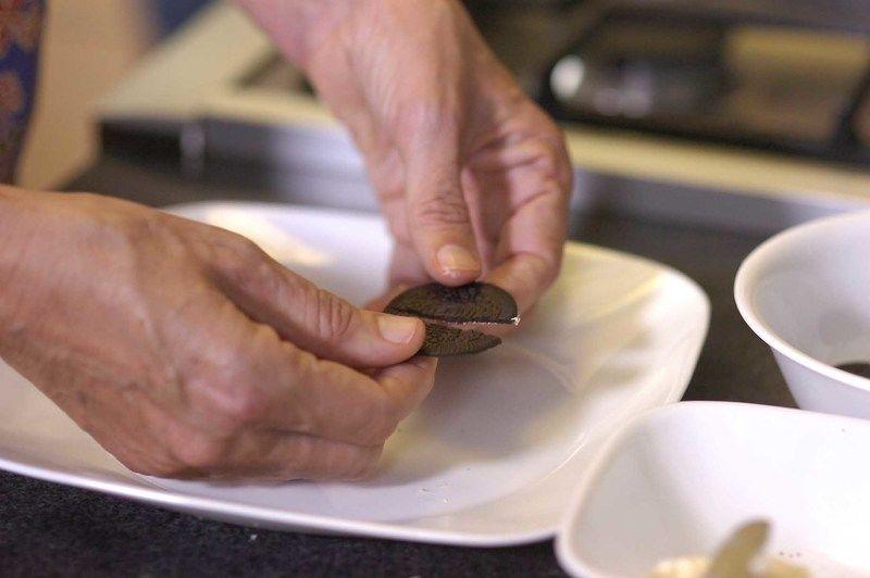 Partir cada galleta a la mitad. Poner un poco del relleno para pegar con el chocolate y otro poco para pegar los ojos.