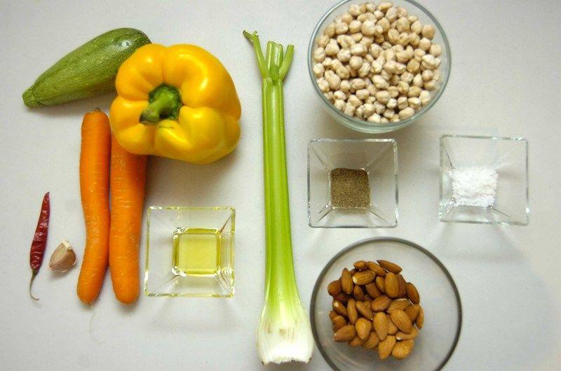 Ingredientes para receta 2 piezas de zanahoria 1 diente de ajo 1 pieza de pimiento morrón amarillo 1 pieza de calabacita italiana sal de grano al gusto 1 cucharada de aceite de oliva pimienta negra molida al gusto 1 pieza de chile de árbol seco 1/2 taza de almendra 1 vara de apio 2 tazas de garbanzo