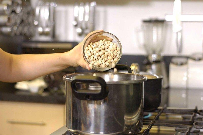 Colocar los garbanzos con agua y sal en una olla de presión. Tapar la olla y sellar bien en el número 2. Poner a fuego alto, cuando comience a silbar, bajar la lumbre al mínimo y cocer durante 25 minutos. Dejar enfriar por completo antes de abrir la olla.