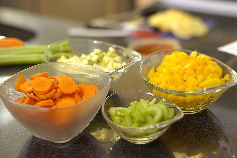 Cortar la zanahoria y el chile de árbol y diente de ajo en rodajas, el apio en media luna, la calabacita y el pimiento morrón en cuadros a tamaño bocado descartando la parte blanca del chile.
