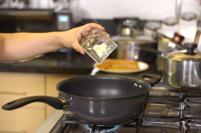 Calentar la cucharada de aceite en el sartén y cuando esté bien caliente sofreír el ajo un par de minutos.