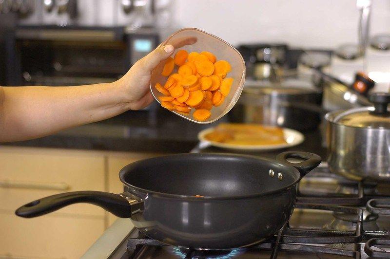 Añadir el pimiento morrón picado, apio picado, zanahoria en rodajas y continuar cociendo durante 5 minutos más.