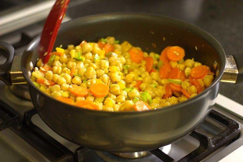 Revolver todo para que se integren los sabores dejar cocer unos minutos más, rectificar sazonar.