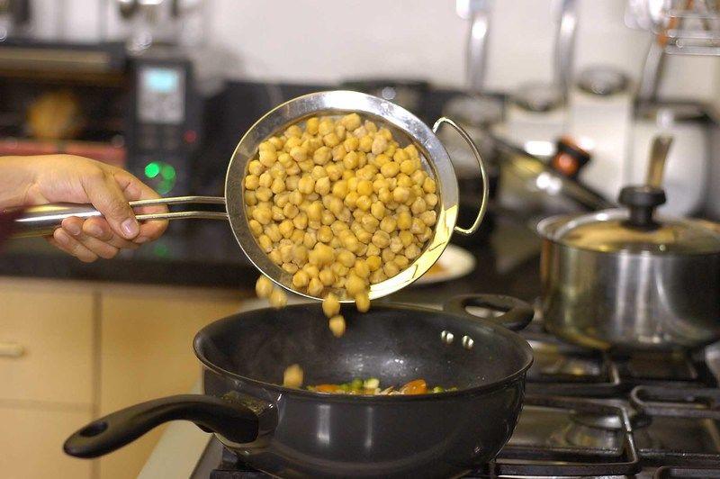 Agregar almendra picada y garbanzos cocidos.