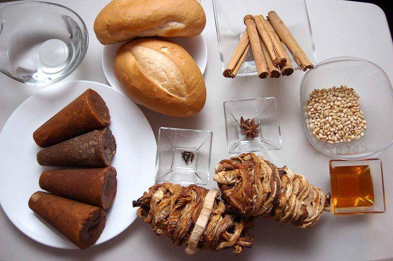 Ingredientes para receta 2 piezas de huichicori 4 piezas de piloncillo 4 cucharadas de miel de abeja 6 varas de canela entera 5 piezas de clavo de olor 2 piezas de anís estrella 100 gramos de piñones agua al gusto pan bolillo al gusto