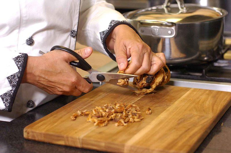Cortar el huichicori en trozos pequeños con la ayuda de la tijera.