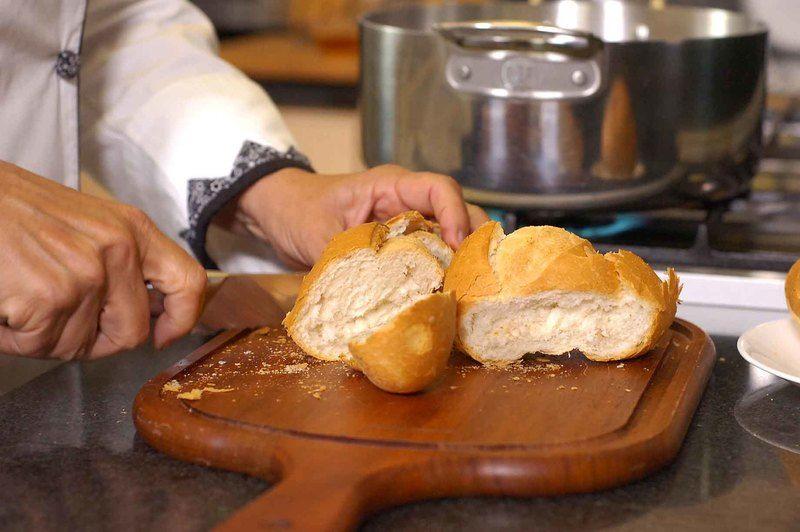 Cortar el pan en rodajas y tostar por ambos lados.