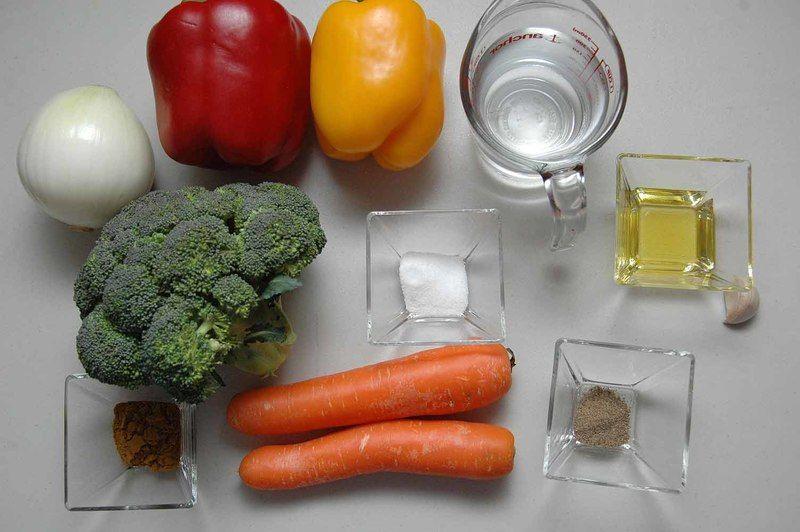 Ingredientes para receta 1 pieza de brócoli 1 pieza de cebolla blanca 1 pieza de pimiento morrón rojo 1 pieza de pimiento morrón amarillo 2 piezas de zanahoria 1 diente de ajo sal al gusto 2 cucharadas de aceite de oliva pimienta negra molida al gusto 1 taza de agua 1 cucharada de curry en polvo