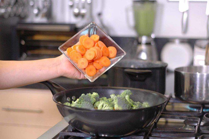 Añadir los floretes de brócoli, las rodajas de zanahoria. Sazonar con pimienta y sal.