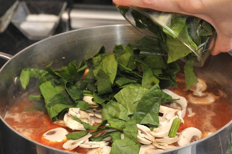 Agregar los champiñones cortados en rodajas y las espinacas cortadas también. Tapar. Dejar que se cocer por unos minutos y apagar.