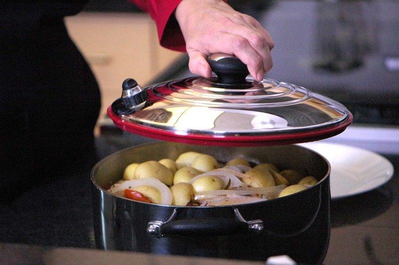 Tapar la olla con la válvula abierta y dejar cocer durante 10 minutos.Pasado el tiempo cerrar la válvula y cerra y dejar cocinar a fuego medio 10 minutos más.
