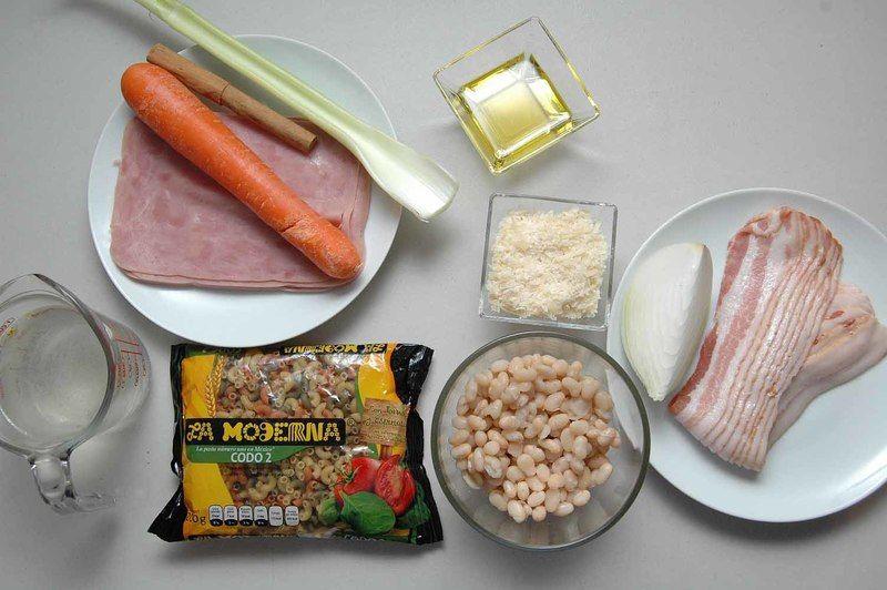 Ingredientes para receta 200 gramos de pasta de codo 2 con vegetales la moderna 1/4 pieza de cebolla blanca 1 pieza de zanahoria 1 rama de apio 3 cucharadas de aceite de oliva 8 rebanadas de tocino 1 taza de caldo de pollo 1 vara de canela entera 1 taza de alubia cocida sal al gusto Ingredientes para acompañar 200 gramos de jamón de pavo 1/4 taza de queso parmesano