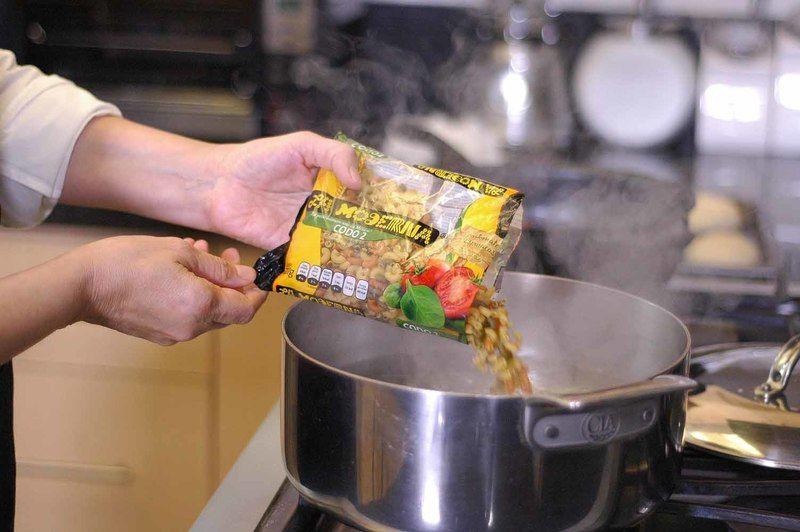 Para cocer la pasta, poner mucha agua a hervir, agregar sal y cuando recupere el hervor añadir la pasta. Dejar cocer de 7 a 11 minutos hasta que esté al dente, firme por dentro y suave por fuera.