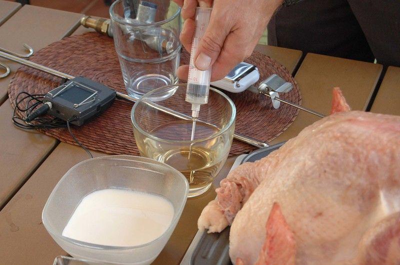 Inyectar el pavo con leche y vino blanco por todas partes.
