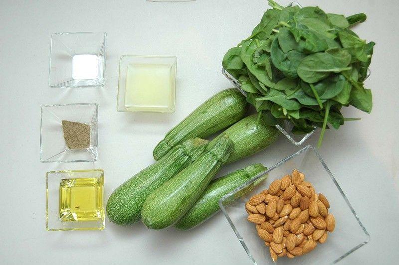 Ingredientes para receta 5 piezas de calabacita italiana 3 tazas de espinaca baby 3 cucharadas de aceite de oliva sal al gusto pimienta negra molida al gusto 3 cucharadas de jugo de limón 1 taza de almendras