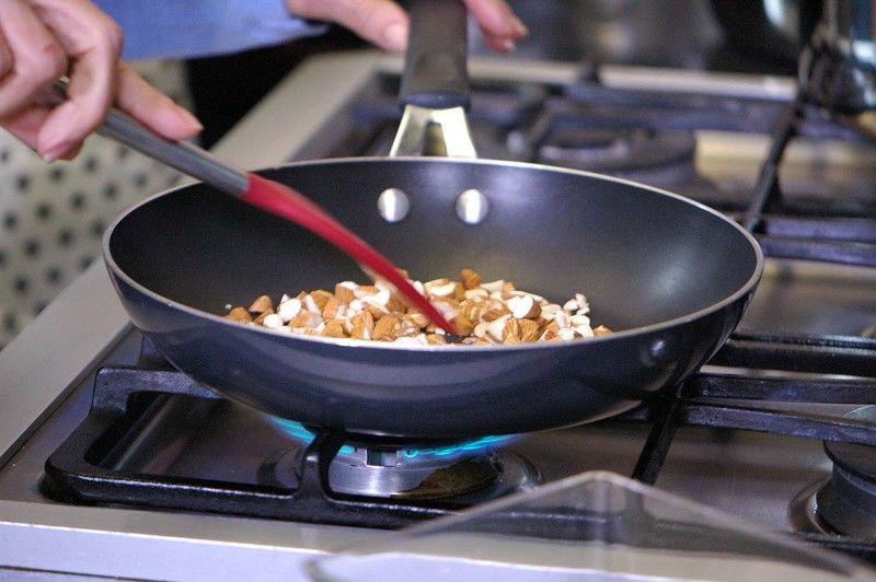 Calentar un sartén y cuándo esté caliente tostar los trozos de almendra moviendo constantemente para que queden tostadas pero no quemadas.