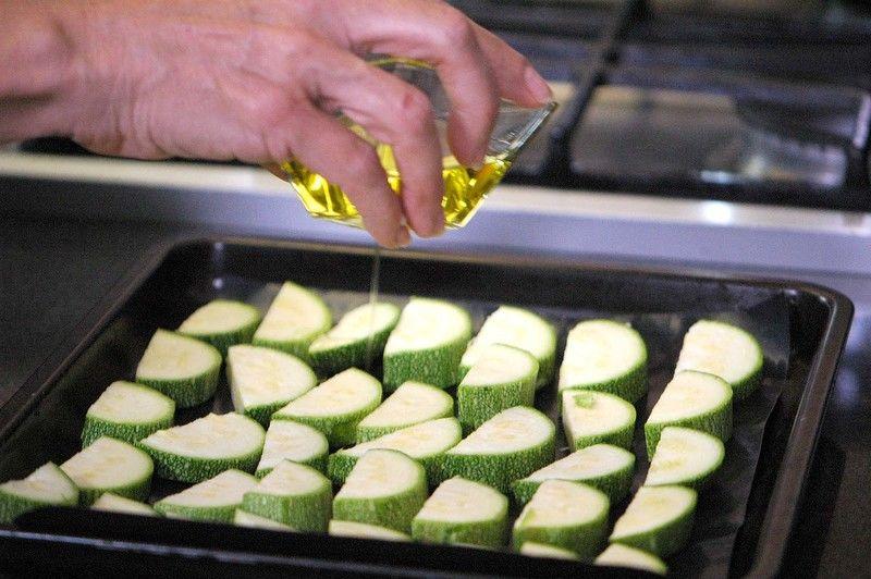 Colocar en una charola las medias lunas de calabacita y añadir un poco de aceite de oliva, sal y pimienta. Meter la charola al horno y hornear a (350° F) o (175 ° C) durante 15 minutos o hasta que las calabacitas se vean tiernas. Retirar del horno y reservar.