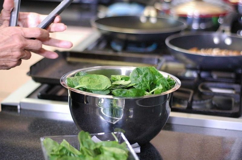 Agregar al tazón las calabacitas horneadas, hojas de espinaca.
