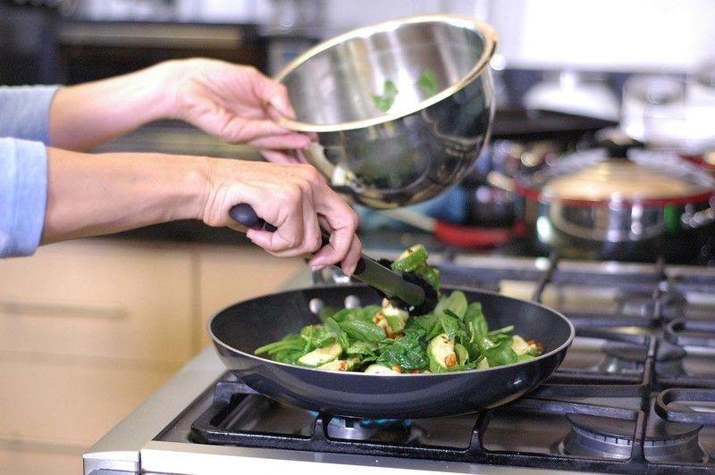Calentar en un sartén el resto del aceite de oliva y cuando esté caliente añade la ensalada saltea un minuto y apaga el fuego.