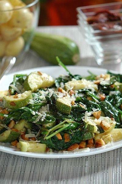 Servir caliente decorada con almendras y trozos de queso parmesano.