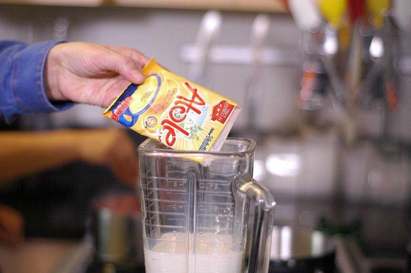 Agregar la leche junto con el el sobre de atole Tres Estrellas.
