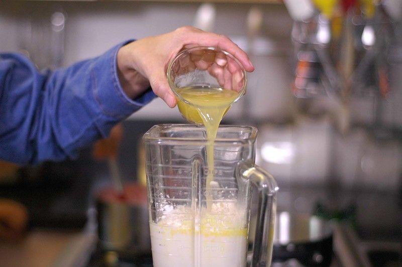 Agregar el jugo de naranja.
