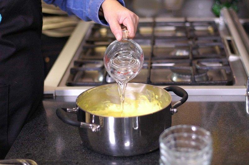 Agregar el licor de naranja, batir energéticamente con el batidor de globo, verter un poco de mezcla en los moldes y refrigera 1 hora aproximadamente.