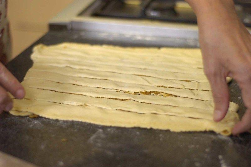 y con un cuchillo filoso cortar la masa en tiras de 1.5 cm de ancho,