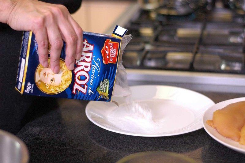 Colocar la harina de arroz Tres Estrellas en un plato.
