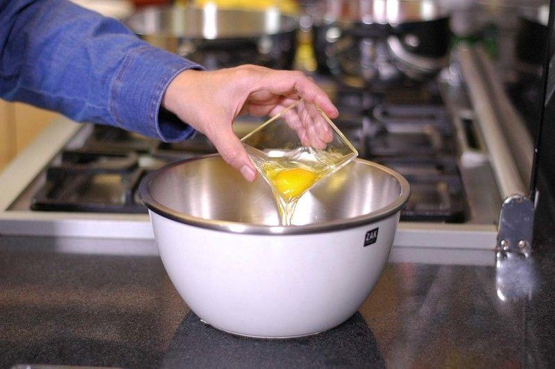 Mezclar en un tazón los huevos con la leche, la sal.