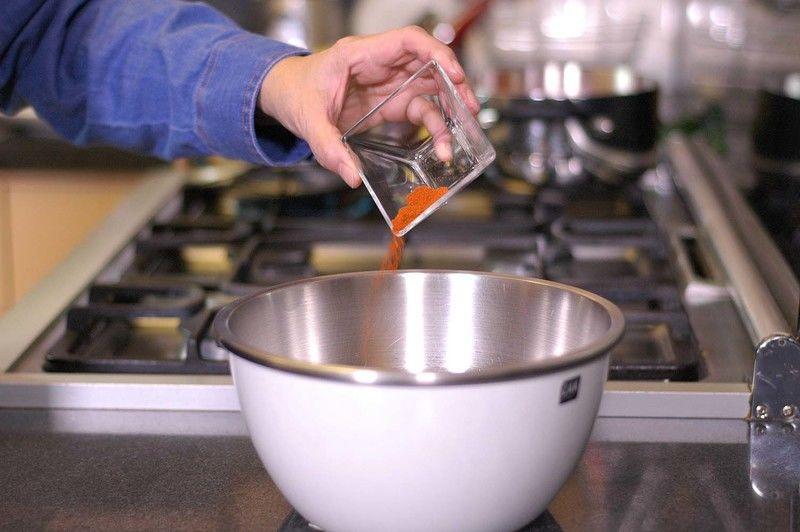 Añadir la páprika y el ajo en polvo, y batir con el batidor de globo para integrar todos los ingredientes.