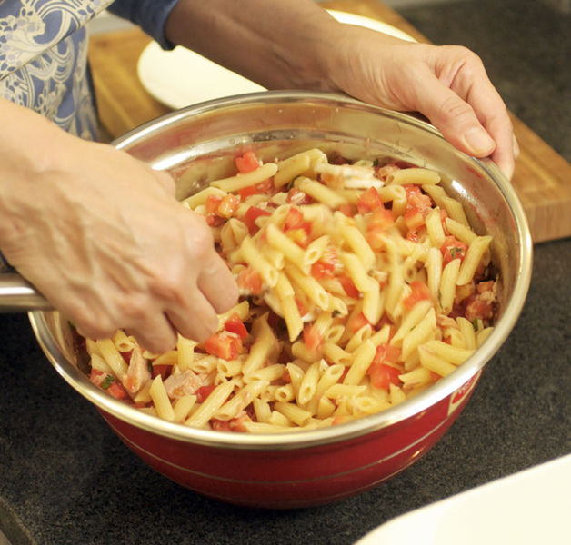 Agregar la pasta al tazón con todos los ingredientes.