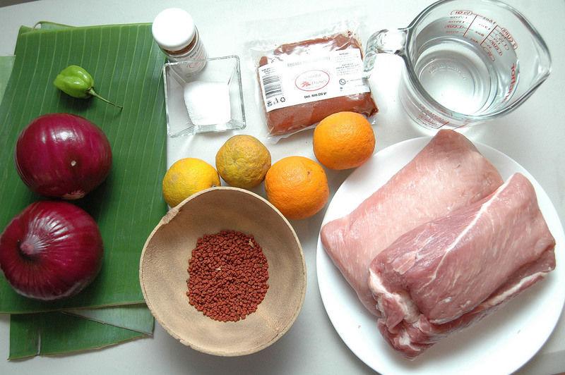 Ingredientes para receta. 65 gr de achiote 4 naranjas agrias 2 kilos de carne de cerdo 1 hoja de plátano 2 cebollas moradas 1 sobre de chile molido 1 litro de agua Sal al gusto