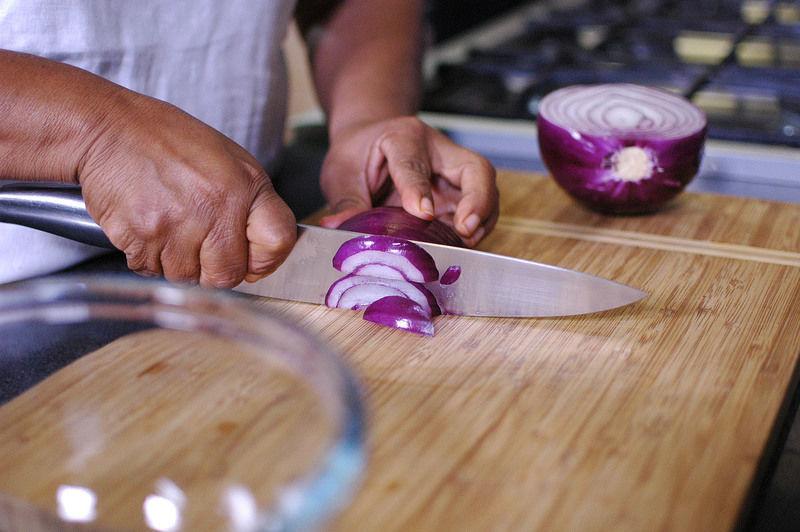 Para preparar el curtido de cebollas: Cortar las cebollas en cuadros pequeños.