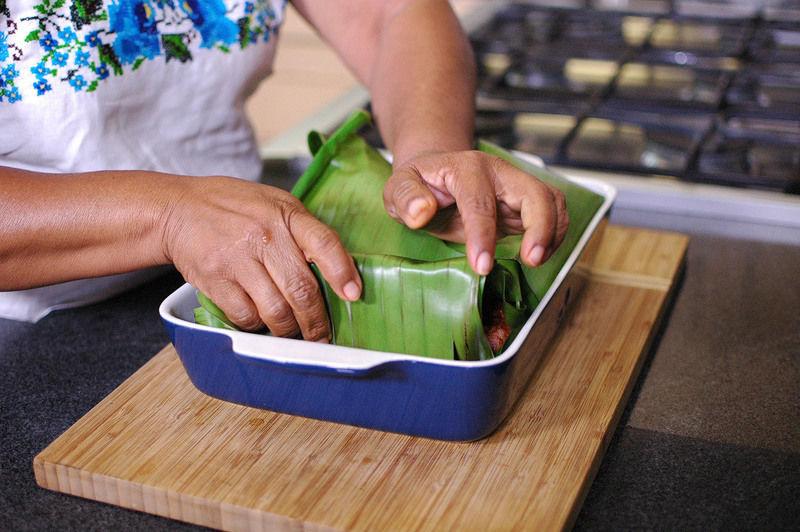Tapar con la misma hoja y hornear durante una hora y media o hasta que la carne esté cocida.