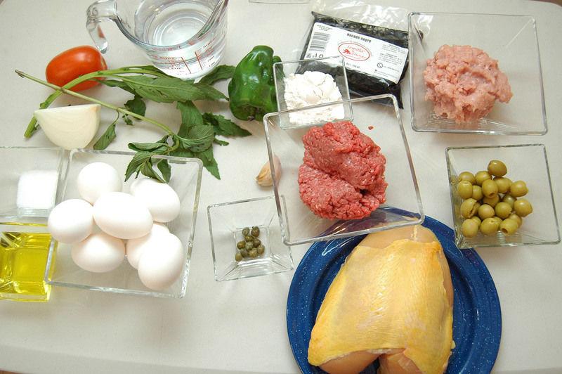 Ingredientes para receta 125 gramos de recado negro 8 piezas de huevo 1 pieza de jitomate guaje 1/4 pieza de cebolla blanca 1 pieza de chile dulce 8 piezas de alcaparras 1 diente de ajo 200 gramos de carne molida de res 200 gramos de carne molida de cerdo 50 gramos de aceituna verde 1 pieza de pechuga de pollo Ingredientes para caldillo 125 gramos de recado negro 50 gramos de harina de trigo 1 rama de epazote 1 1/2 tazas de agua sal al gusto 1 rama de hierbabuena