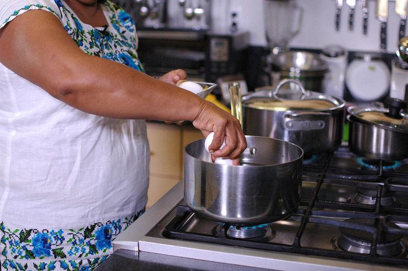 Reservar 2 huevos y poner a cocer 6 huevos en una olla honda con agua durante 10 minutos.