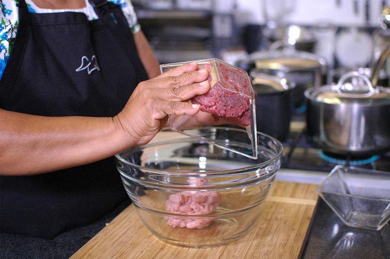 Colocar en un tazón la carne molida de puerco y la carne molida de res.